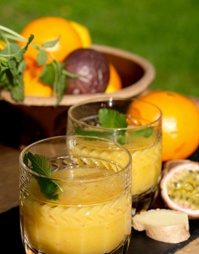 Mixgetränk mit Ingwer und Maracuja