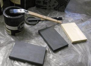 Holzsockel werden lackiert