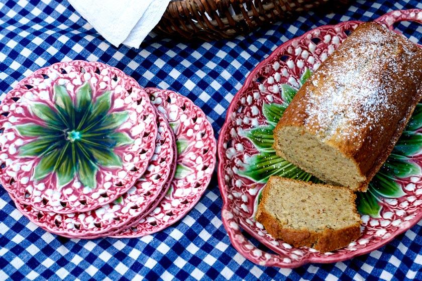 Zucchinibrot auf Kuchenplatte