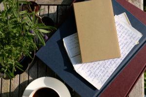 Brief auf Buchstapel