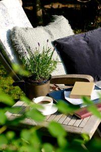 Gartenszene mit Brief