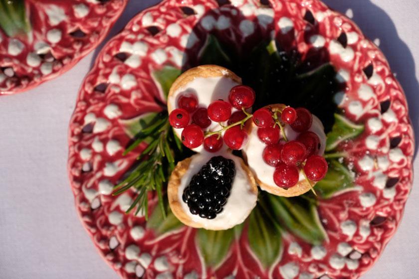 Mini-Picknicktörtchen mit Vanillecreme und Früchten