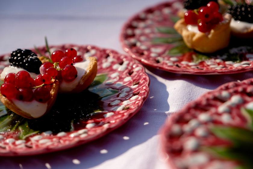 Mini-Picknicktörtchen auf Blütentellern