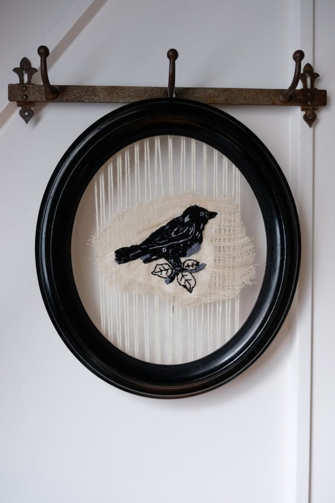 DIY - Hübsches Rahmenprogramm: ein Stickbild für einen ovalen Bilderrahmen.