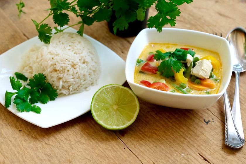 Thai-Eintopf mit Koriander und Reis
