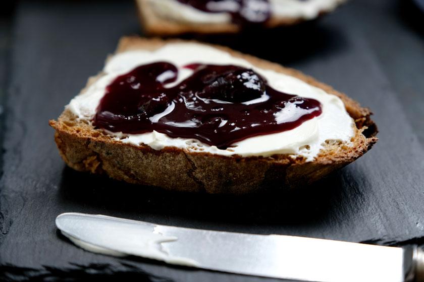 Brot mit Schmand und Kirschkonfitüre