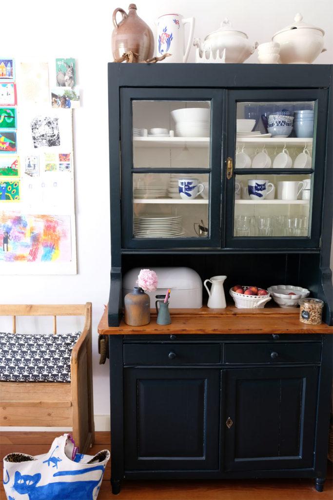 """Küchenschrank mit neuem Anstrich in """"Black Blue"""" von Farrow & Ball"""