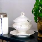 """""""Black Blue"""" von Farrow & Ball lässt weißes Porzellan strahlen"""
