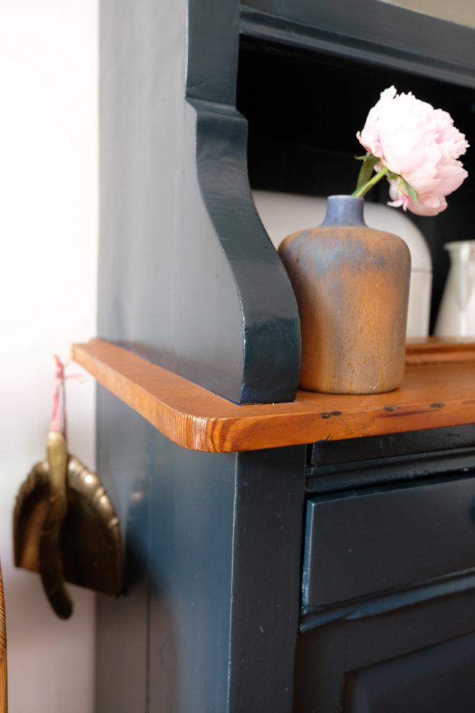 """Detail Küchenschrank in """"Black Blue"""" von Farrow & Ball"""