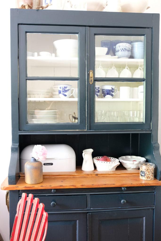 """Küchenschrank in """"Black Blue"""" und """"Pointing"""" von Farrow & Ball"""