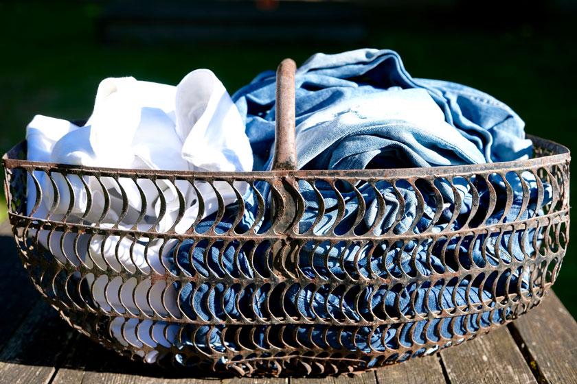 Korb mit aussortierten Jeans. DIY Hippie-Tasche