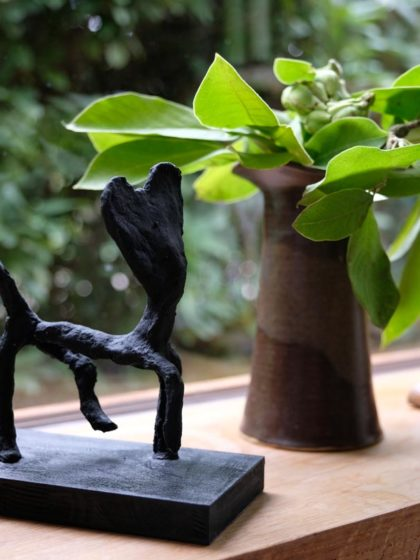 Tierskulpturen aus Pappmache, schwarz bemalt
