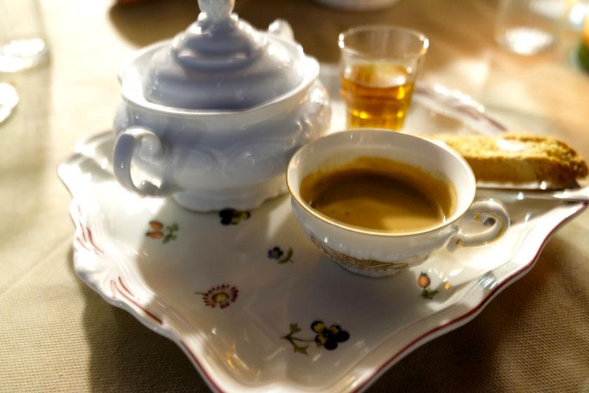 Espresso in altem Porzellan