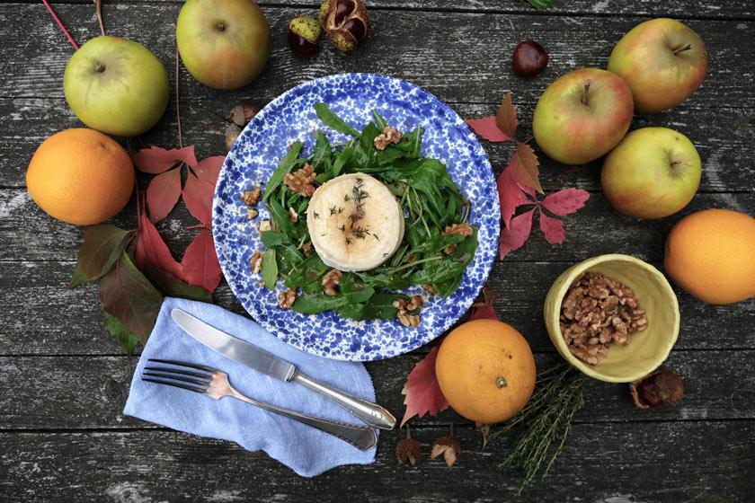 Herbstsalat mit Ziegenkäse, Apfel und Rufcola