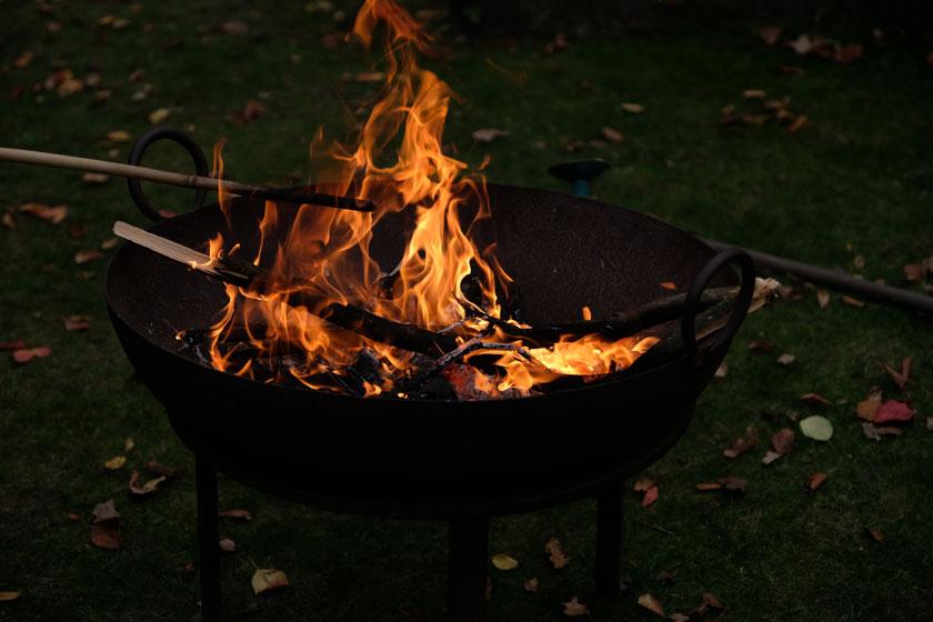 Feuerschale im Herbst