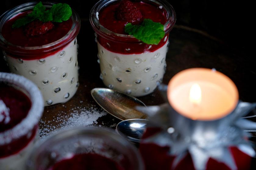 Dessert-Rezept: Hopfenschaum mit Beerencoulis. Perfekt zum Abschluss eines Weihnachtsmenüs