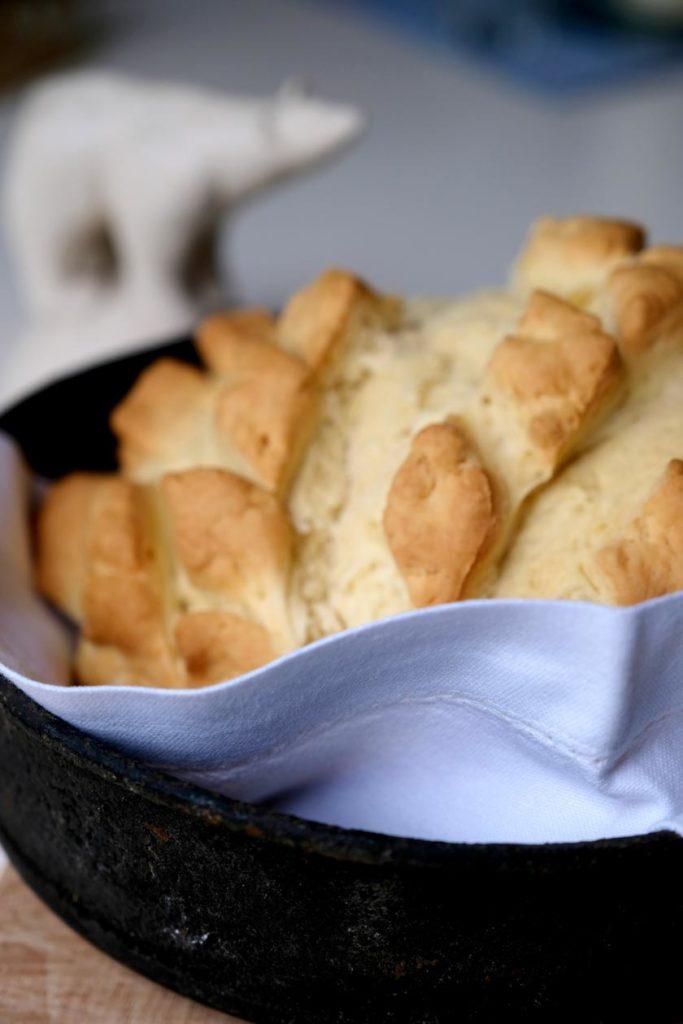 Frühstück im Bett: Endlich Zeit zum Entspannen - mit selbstgebackenem Brot und toller Bettwäsche. Die herrliche Zeit zwischen den Feiertagen.