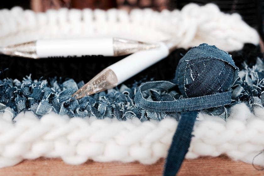Strickkissen-DIY: mit dicker Wolle und dicken Nadeln sind kuschelige Kissen ruck zuck gestrickt.