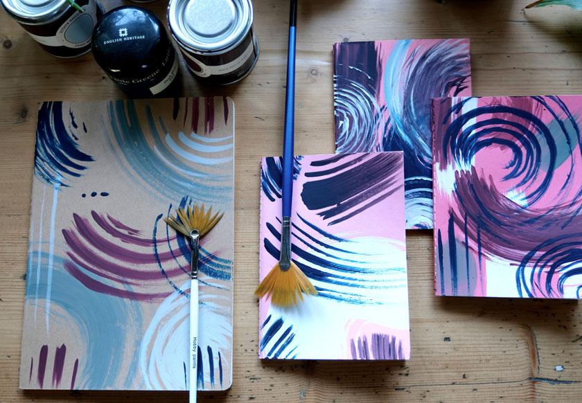 DIY: Mit Farbresten und Fächerpinsel tolle Notizbücher gestalten. Einfach und wirkungsvoll.