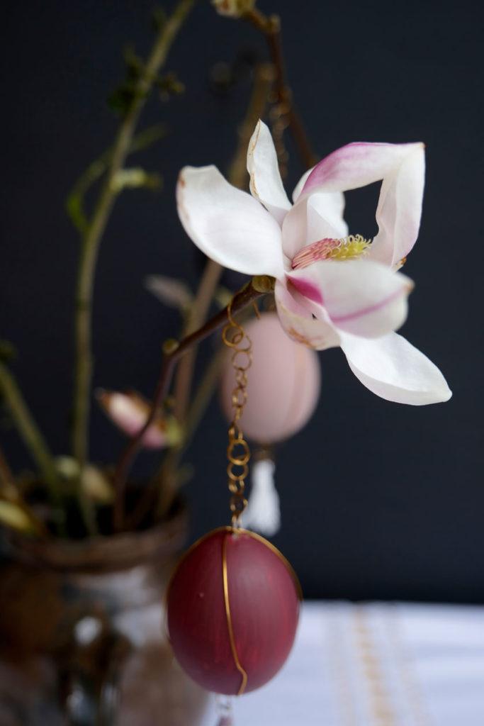 DIY-Ostereier. Ostereier in pudrig matten Farbtönen werden mit kleinen Goldketten und Golddrahtdetails zu echten Schmuckstücken.