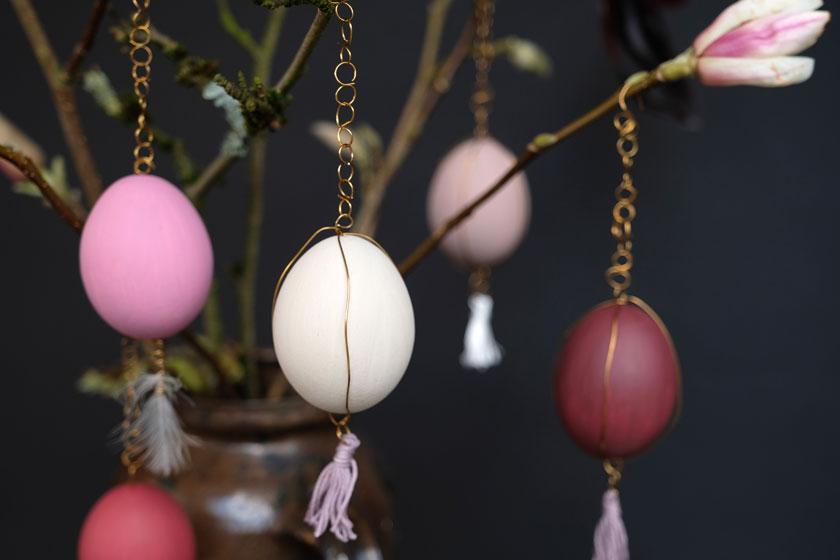 DIY-Ostereier. Ostereier in pludrig matten Farbtönen werden mit kleinen Goldketten und Golddrahtdetails zu echten Schmuckstücken.