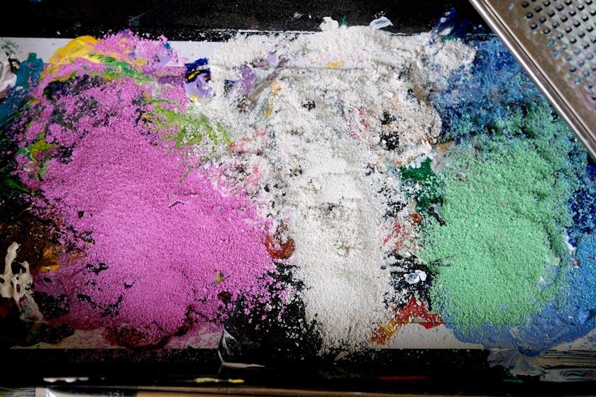 DIY-Schachbrett-Bilder. Neugierig sein, mit Farben experimentieren, Pflanzenfragmente einarbeiten - mit Acrylfarbe kann man tolle Wanddekorationen herstellen. Und es muss nicht kompliziert sein.