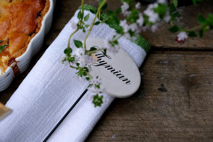Frischer Thymian verleiht der Aprikosen-Tarte ein zartes Aroma.