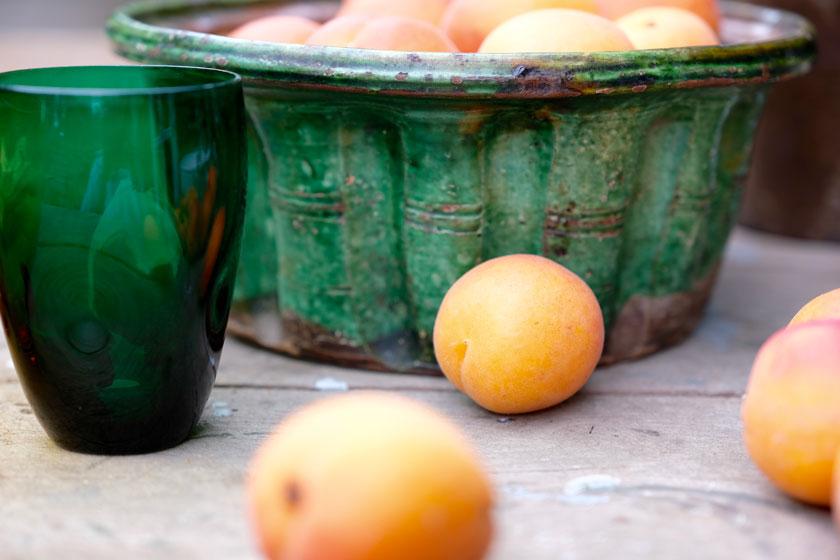 Wie kleine Sonnen leuchten uns Aprikosen entgegen.