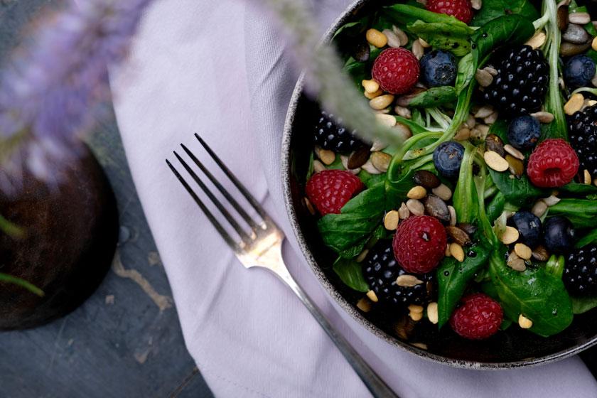 Crespelle alla giardino, dazu Sommersalat mit Früchten
