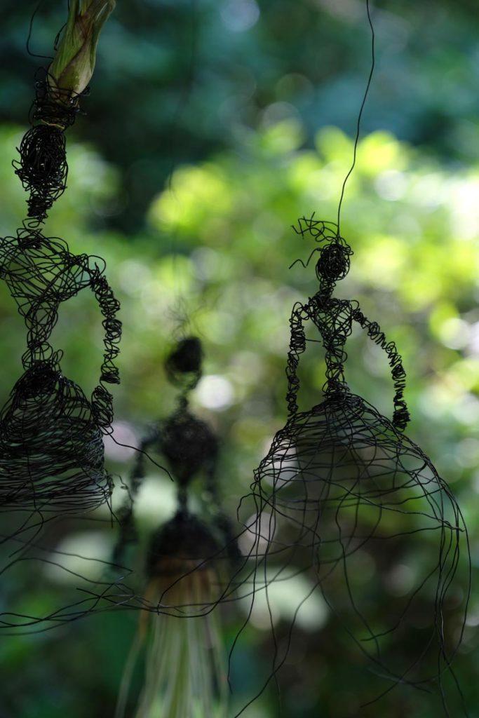 Tillandsien im Garten mit DIY-Halterung in Figurinenform