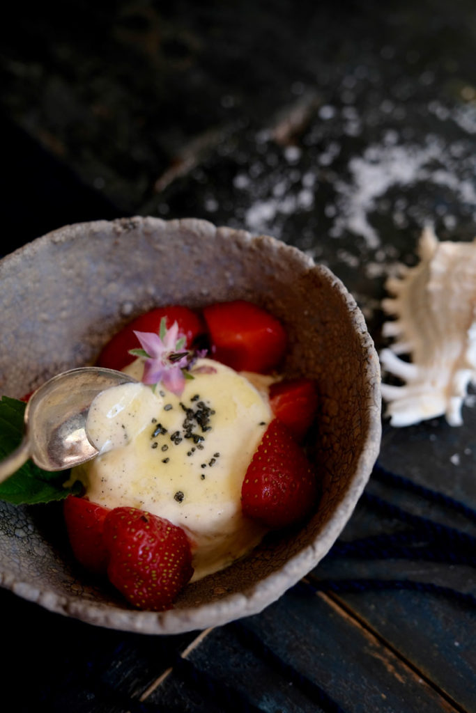 Vanilleparfait mit Olivenöl, Fleur de Sel und Erdbeeren