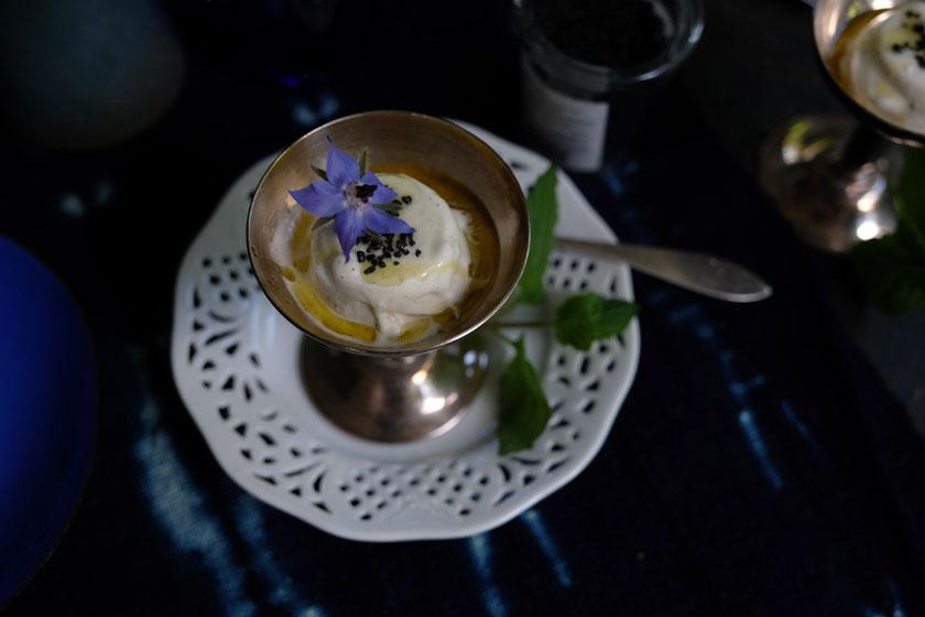 Vanilleparfait mit Olivenöl und Flur de Sel, garniert mit essbaren Blüten