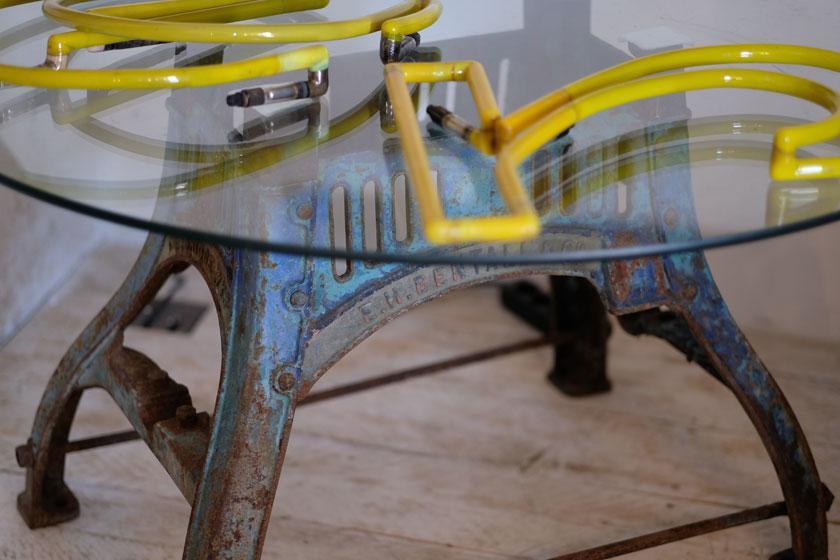 Ein altes Maschinengestell als Tischfuß