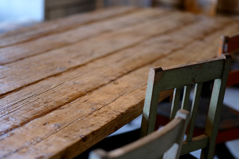 Tisch aus alten Holzbohlen - flat no. 6