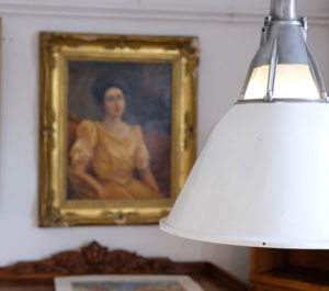 Industrielampen und goldene Stuckrahmen - ein eklektischer Mix