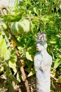 Keramikkunst im Gemüsegarten