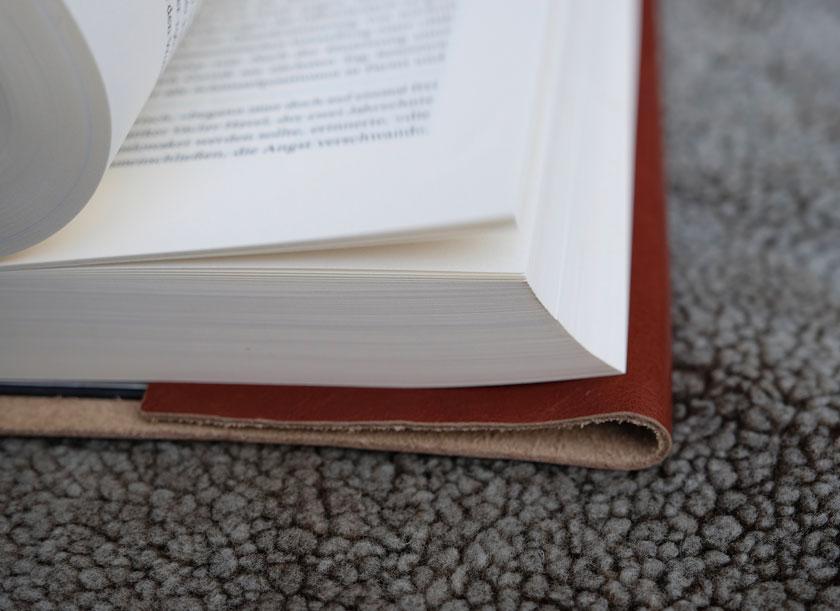 An einer Seite wird die Buchhülle aus Leder einfach eingeschlagen.