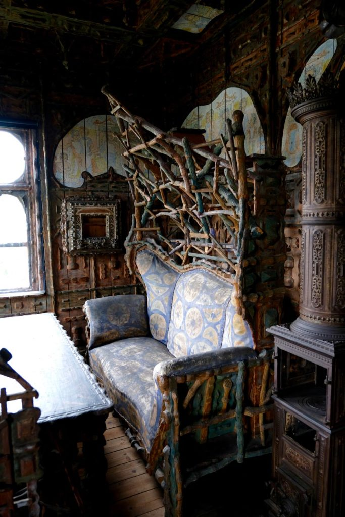 Stoffbezogenes, bemaltes Sofa des Künstlers Karl Junker
