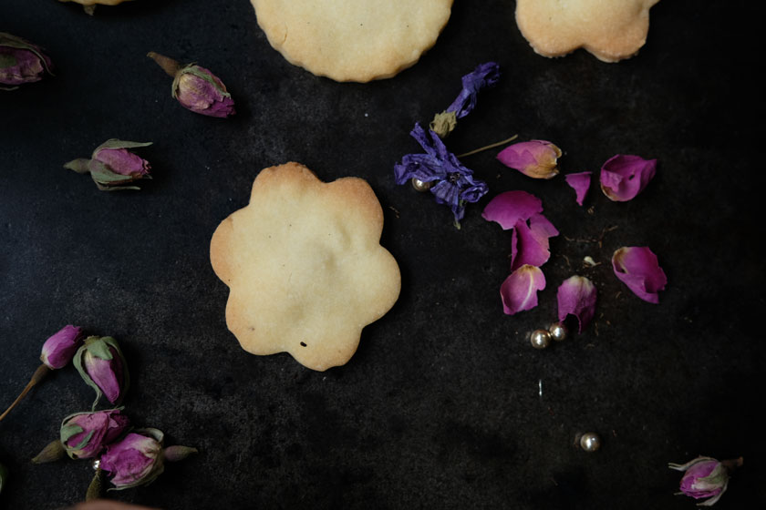 Kekse mit getrockneten Rosen- und Malvenblüten