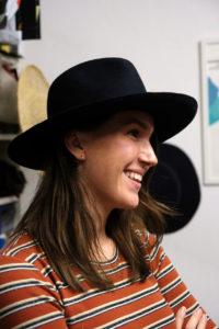 Auf den Hut gekommen: Natalie Uhl macht die Ausbildung zur Modistin