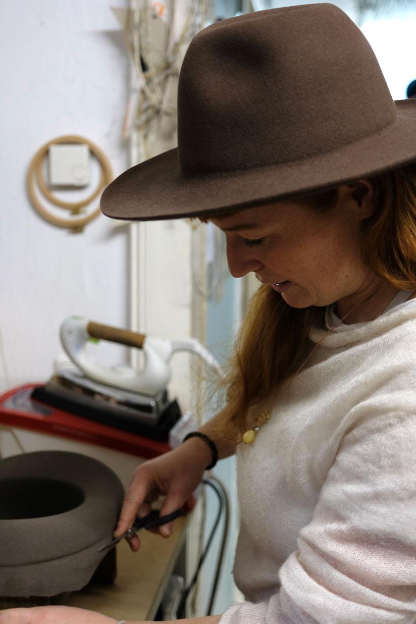 Im Atelier von Ulla Machalett, Modistin