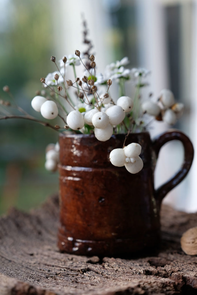 Schneebeeren, Waldrebe und getrocknet Gräser passen hübsch zu weißen Blüten