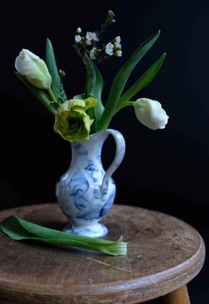 Wunderschön: Weiße Blumen in Vintage-Gefäßen