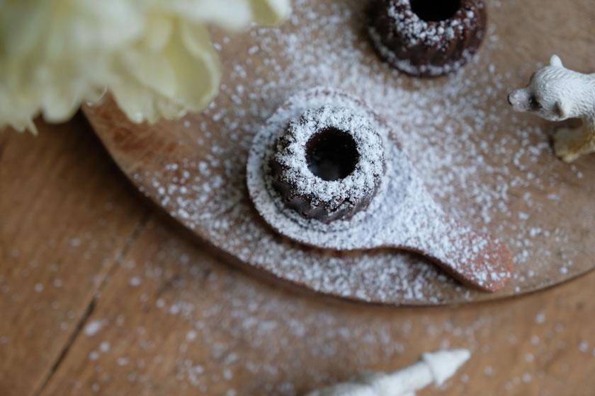 Schokoladentrüffel bekommen ein weißes Kleid aus Puderzucker