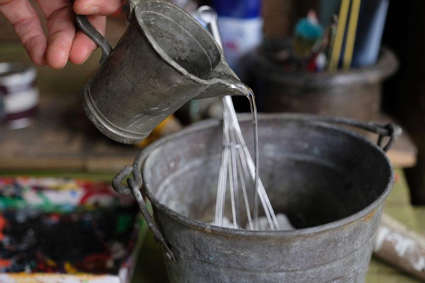 Papiermaché in Pulverform wird mit Wasser angerührt