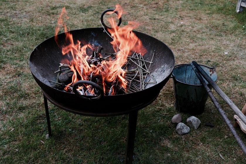 DIY: Skulpturen aus Naturmaterialien, mit Mähne aus der Feuerschale