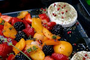 Ziegenkäse mit Ofenfrüchten, Lavendel, Thymian und rosa Pfeffer