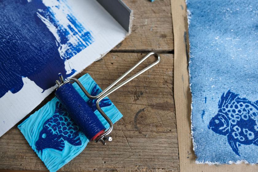 Stempeln mit Linoldruckfarbe. Ein Buchbinde-DIY