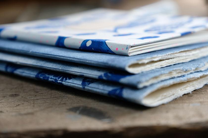 Buchbinden: Ein Notizheft aus handgeschöpftem Papier.