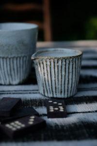 Streifen: Wunderschöne Keramik von Tina Kami.